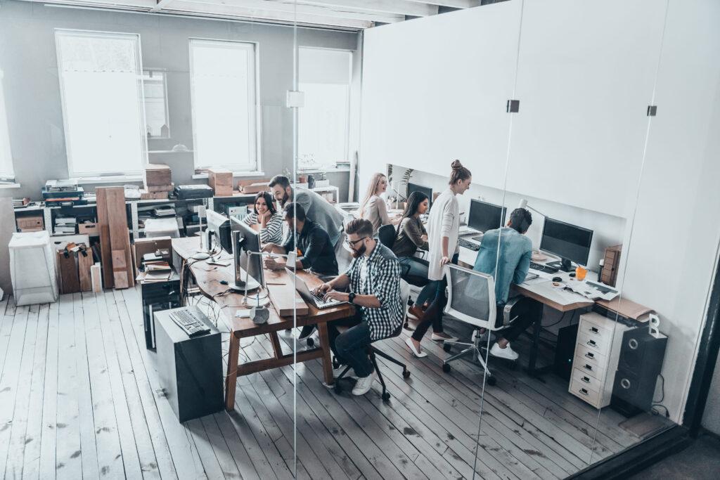 Servicios BPO oficina con personas jóvenes trabajando