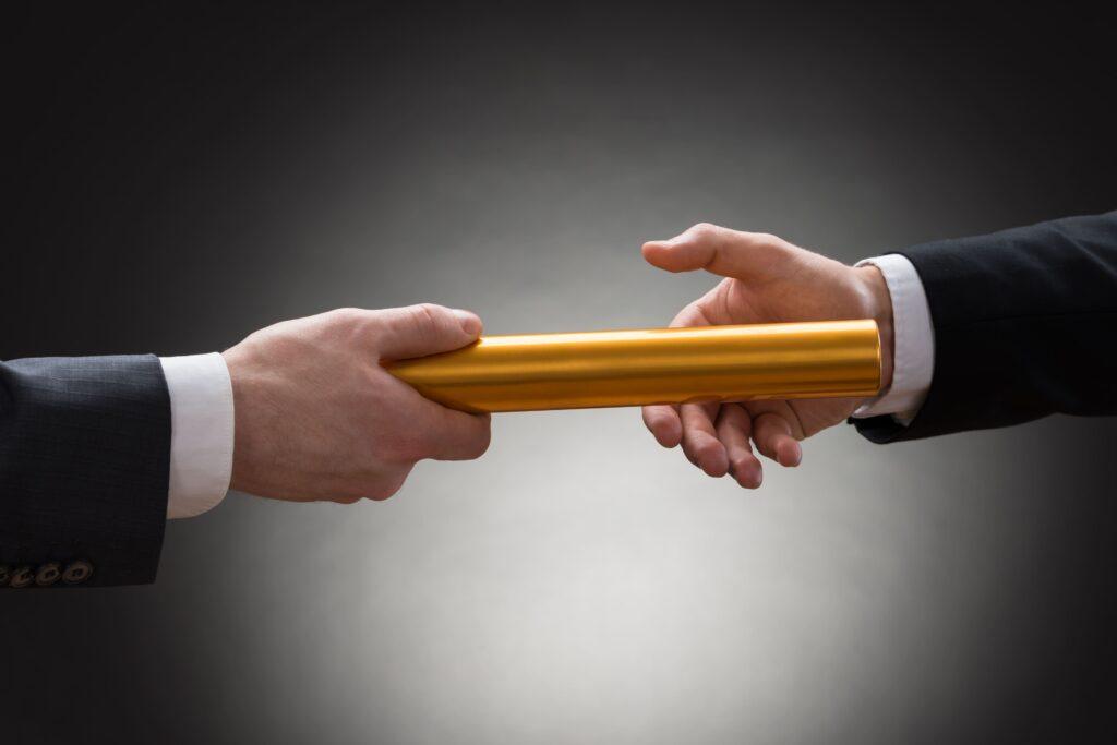 Servicio subrogaciones imagen manos pasando testimonio como relevo